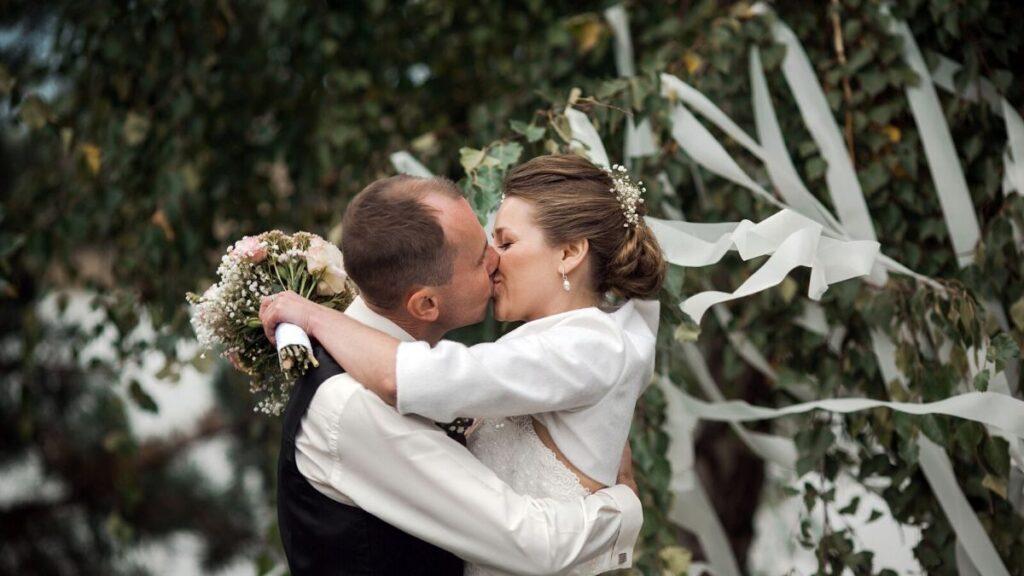 casal com trajes de casamento se beijando