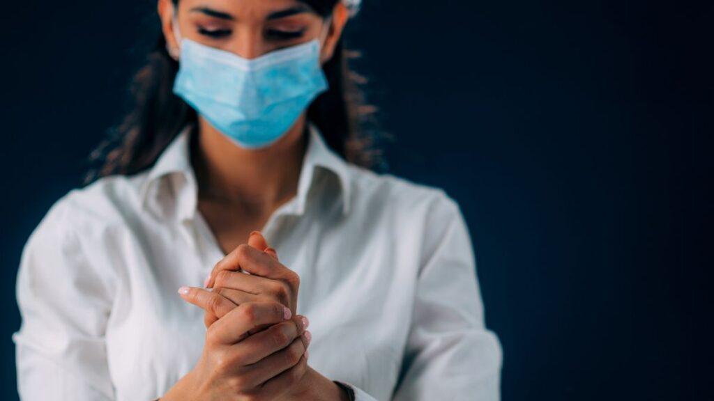 médica passando alcool em gel nas mãos