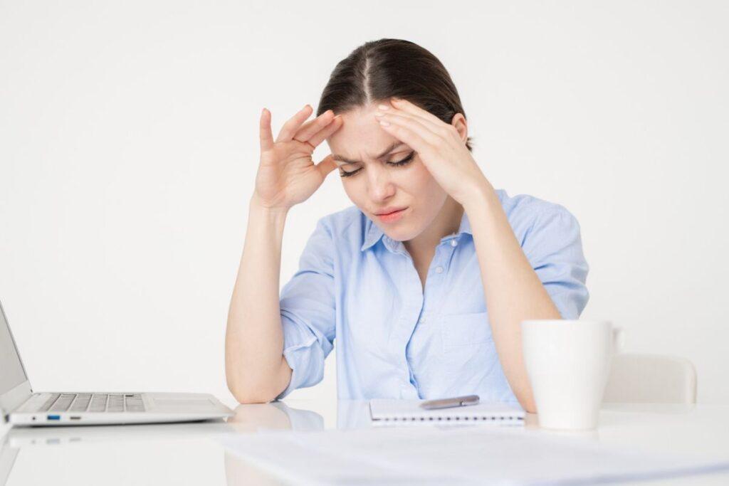 Mulher com aparencia de dor de cabeça