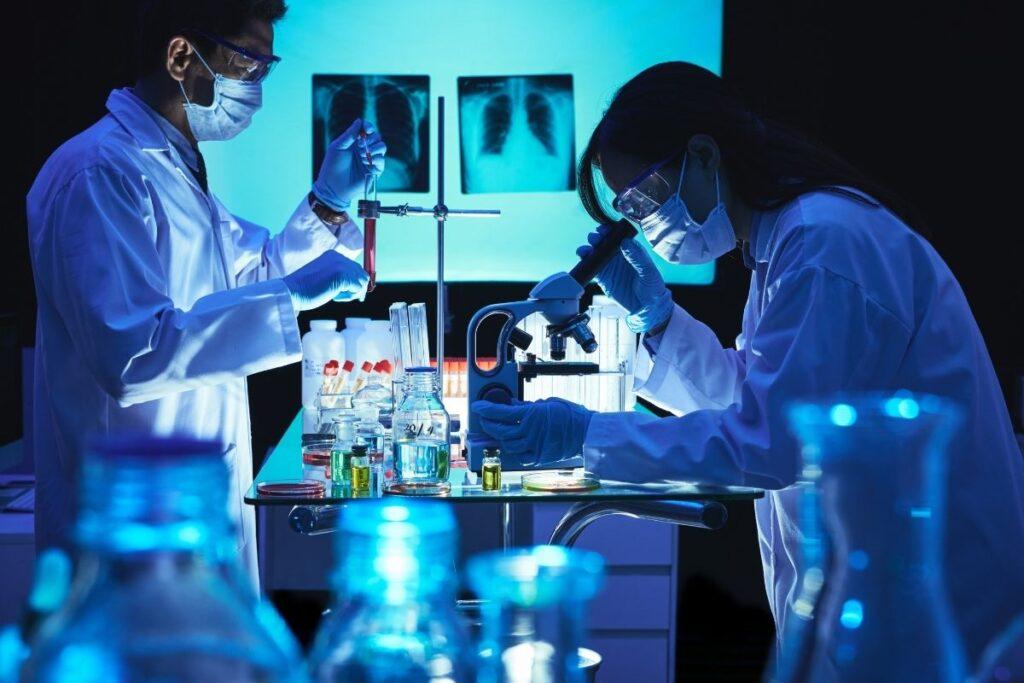 cientistas produzindo uma vacina no Brasil